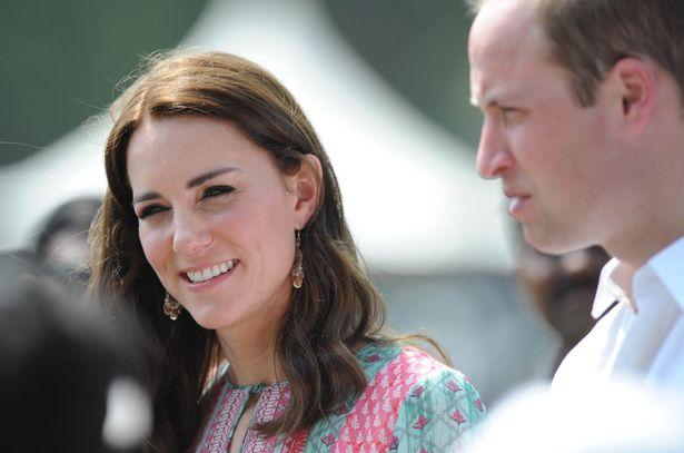 ارتدى دوقة كامبريدج أكسسوارات الأقراط لزيارة البيضاوي ميدان