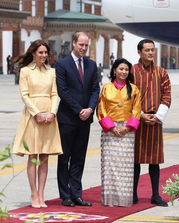 وليام وكيت تشكل مع الأميرة Chimi يانغزوم Wanchuck والأمير داشو يوغيين جيغمي وانغتشوك وصولها في بوتان
