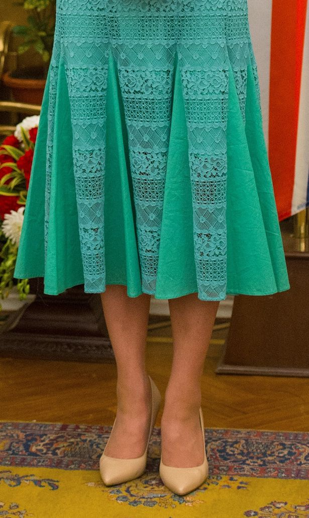 ارتدى كيت عارية الأحذية المحكمة LK بينيت مع فستانها Temperley