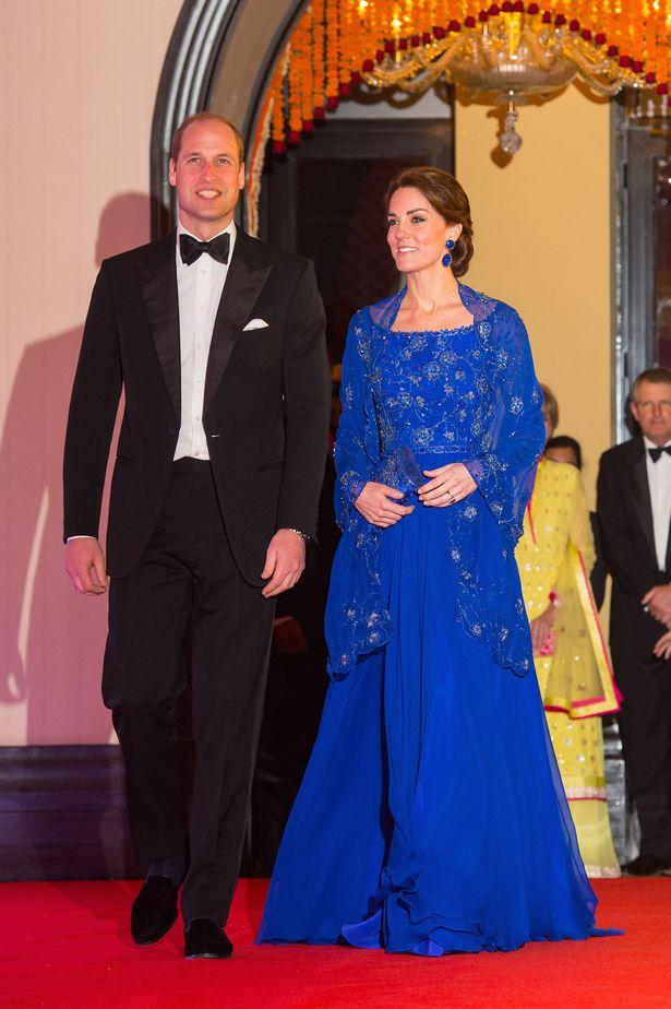 ارتدى كيت ميدلتون في الطابق طول الكوبالت الأزرق Packham جيني فستان لحفل بوليوود بينما ارتدى الأمير وليام ربطة عنق سوداء