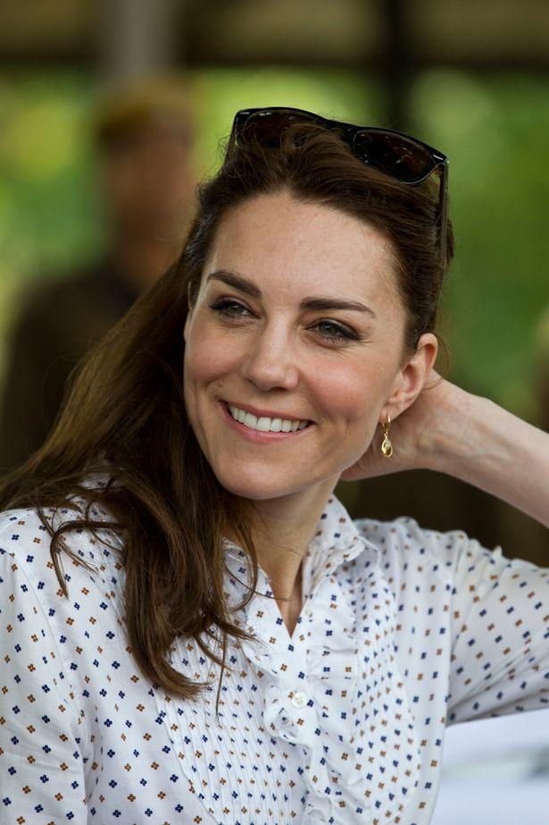 ارتدى كيت كيكي ماكدونو انخفاض السترين الأقراط لرحلات السفاري حديقة كازيرانجا الوطنية