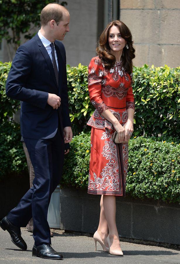 ارتدى الأمير ويليام حلة بينما ارتدى كيت ميدلتون على ماكوين الزي الأحمر للوصول إلى فندق تاج بالاس