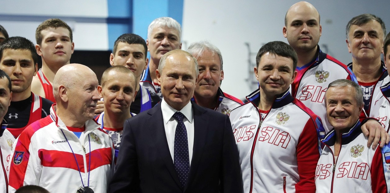 """وفي مؤتمر صحفي، قال بوتين إن التدريب على الجودو يساعده على تحسين مزاجه و """"النظر إلى الحياة بطريقة"""".  AP / MICHAEL KLIMENTYEV / SPUTNIK / KREML"""