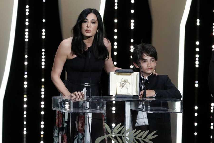 نادين لبكي والممثل الطفلي زين الرفاع ، مع جائزة لجنة التحكيم في مهرجان كان السينمائي.