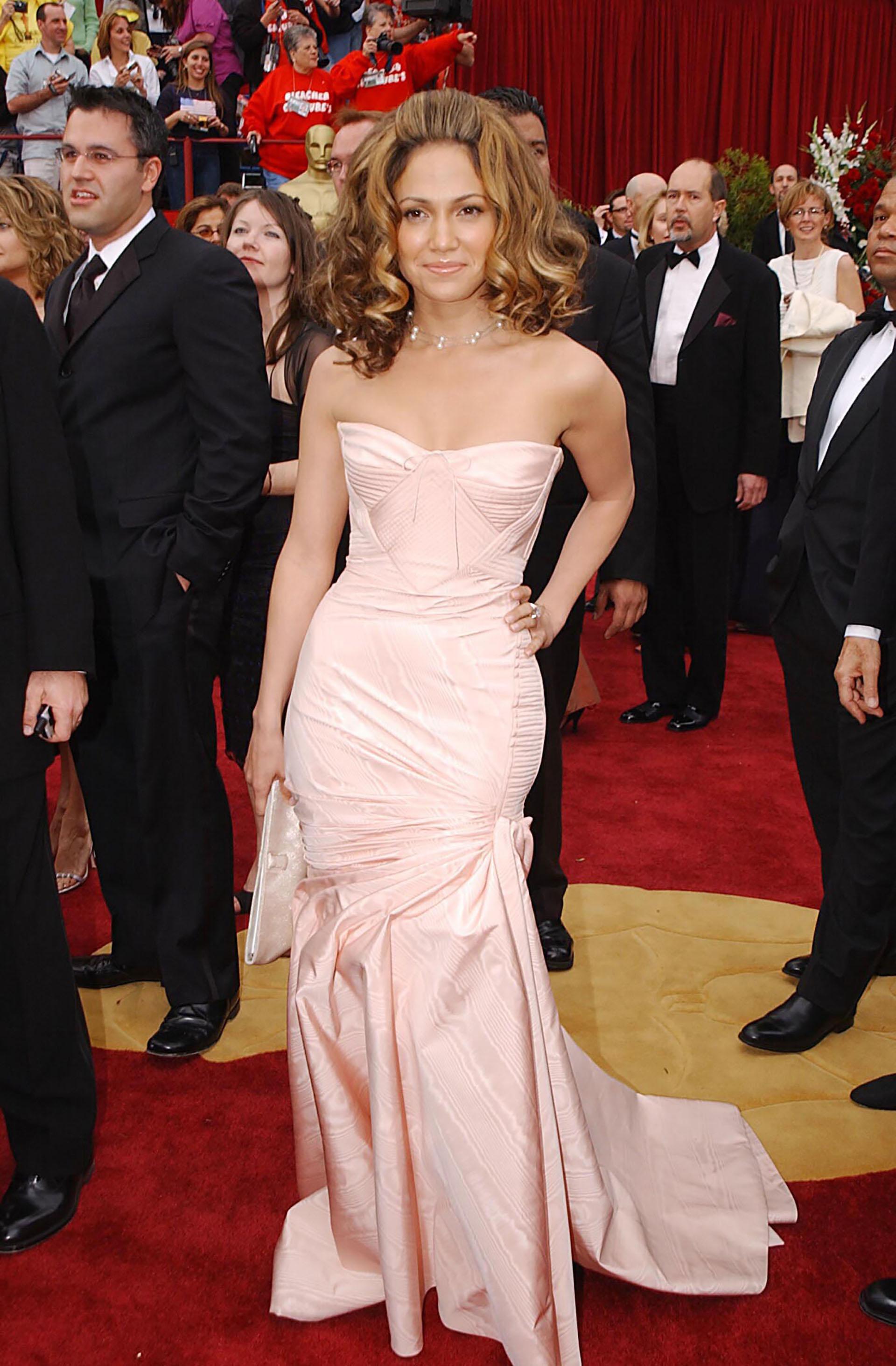 في عام 2002، ارتدت الممثلة والمغنية جنيفر لوبيز فستان الساتان فيرساتشي، ولكن شعرها أخذ كل الأضواء