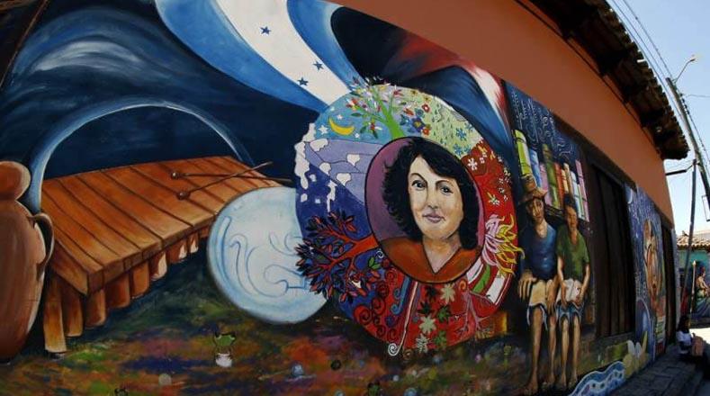 القائدة والناشطة البيئية بيرتا كاسيريس ، التي قُتلت في منزلها في عام 2016.