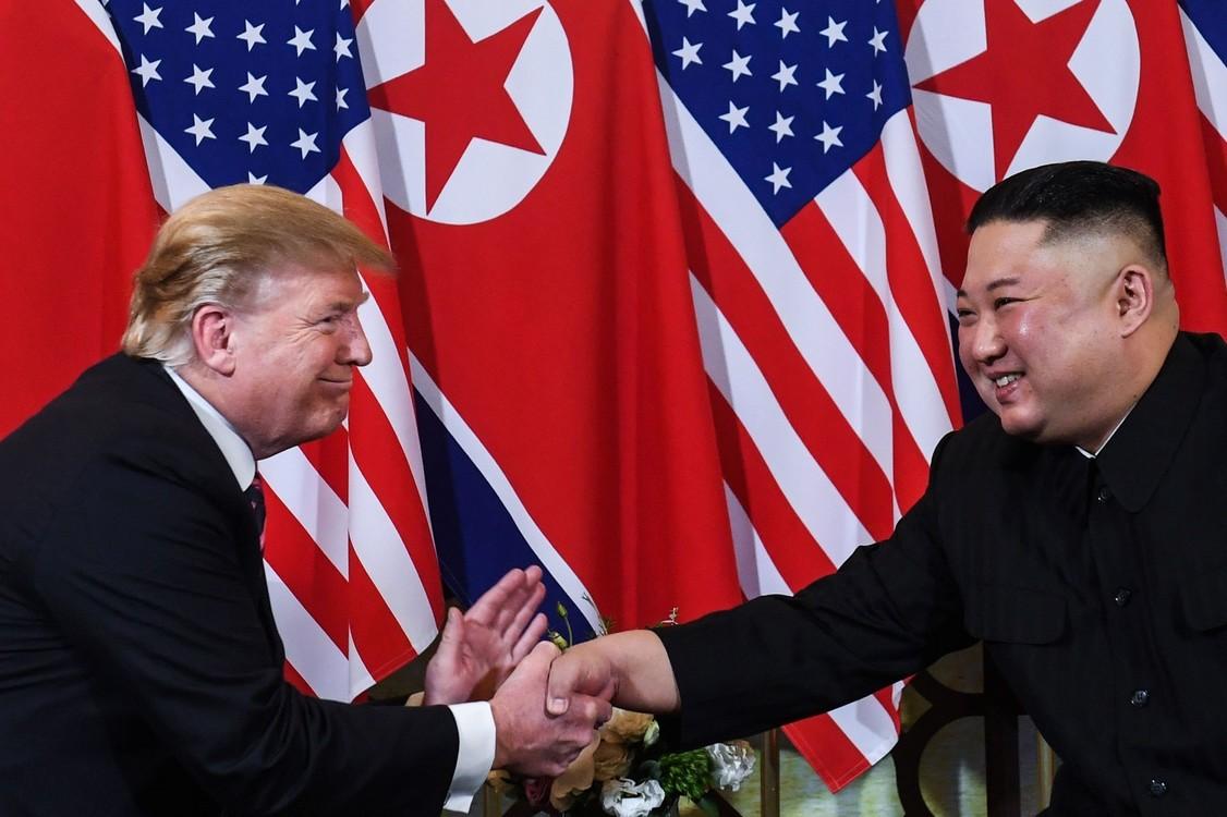 القمة التاريخية الثانية الفصل بين رئيس الولايات المتحدة والزعيم الكوري الشمالي، الأولى من نوعها.  (شاول لوب / أ ف ب)