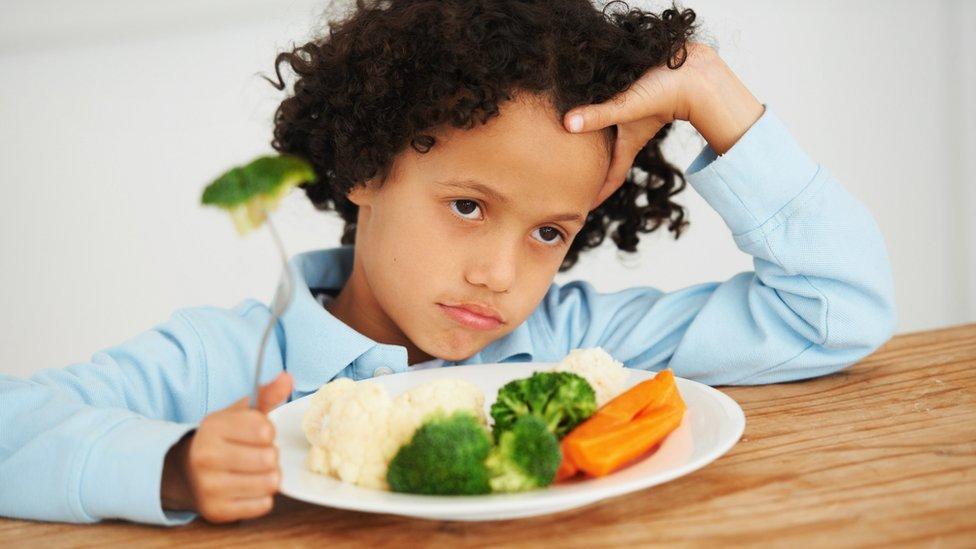 طفل يرفض أكل الخضروات.