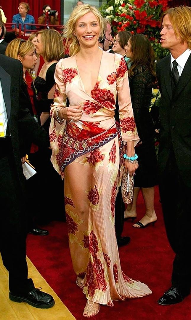 تم اختيار كاميرون دياز واحدة من أسوأ يرتدون في عام 2002. كان نمط الأزهار من المصمم إيمانويل أونغارو اللباس الأكثر انتقادا.