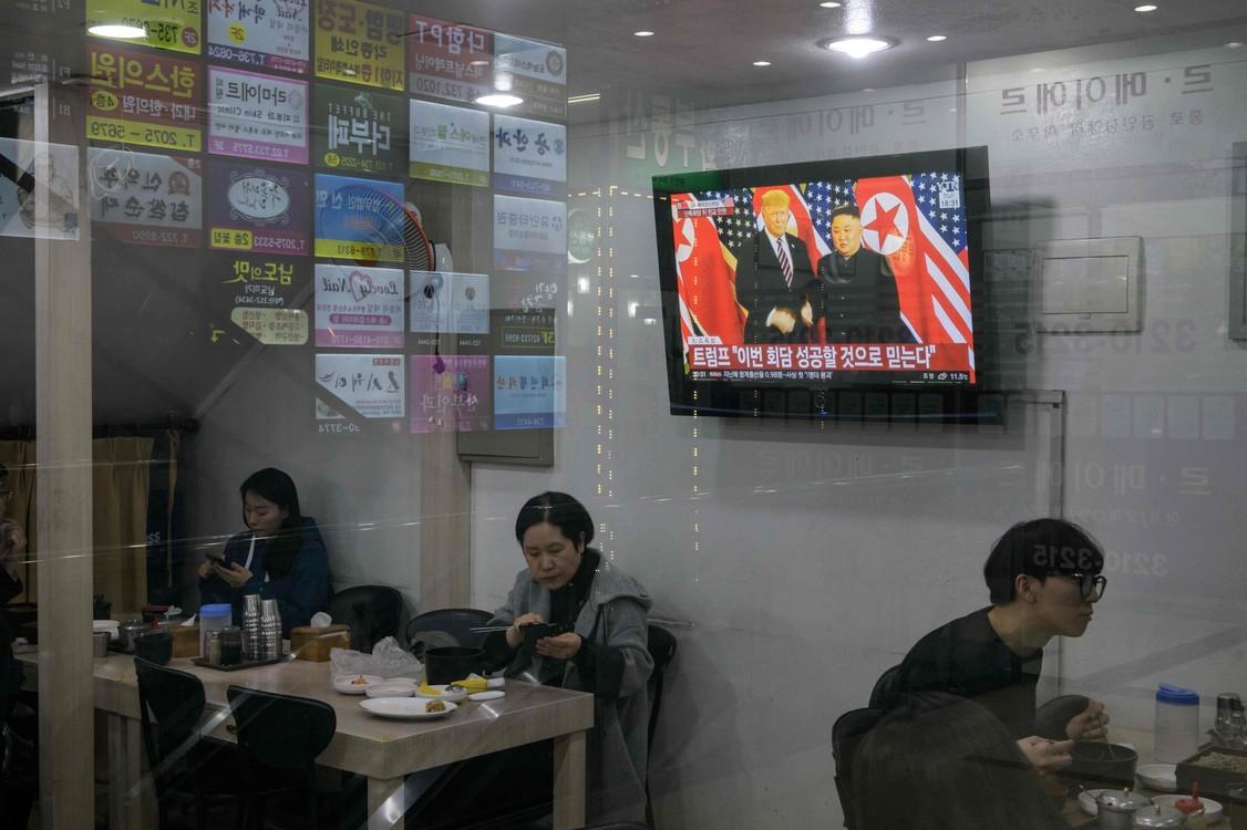 تظهر شاشة تلفزيونية بث اجتماع زعيم كوريا الشمالية، كيم جونغ أون، ورئيس الولايات المتحدة، دونالد ترامب.  (إدرج / أ ف ب)