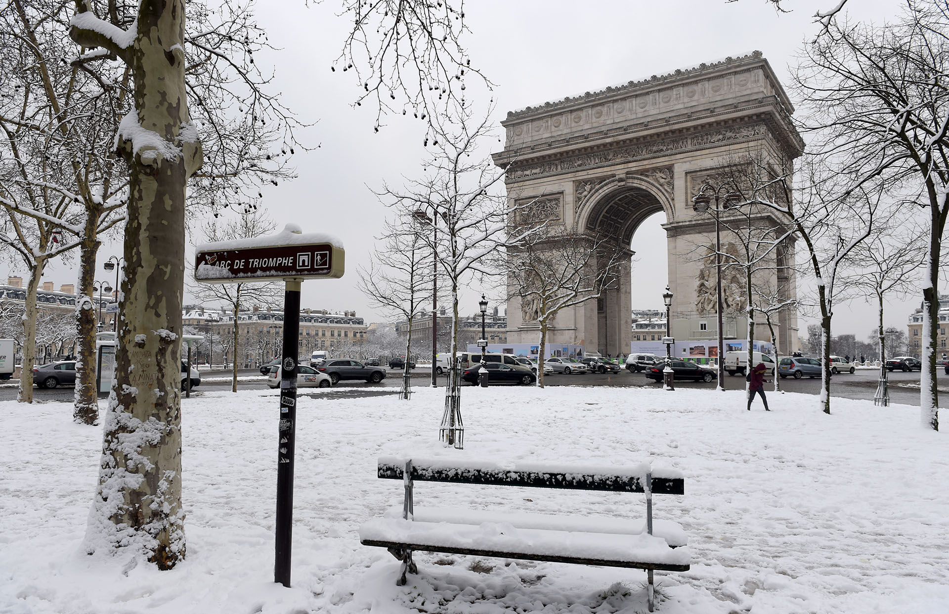 قوس النصر، في بطاقة بريدية باريسية أخرى تظهر لون أبيض غير عادي