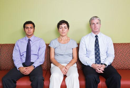 ثلاثة زملاء العمل خطيرة يجلس وجه عموم