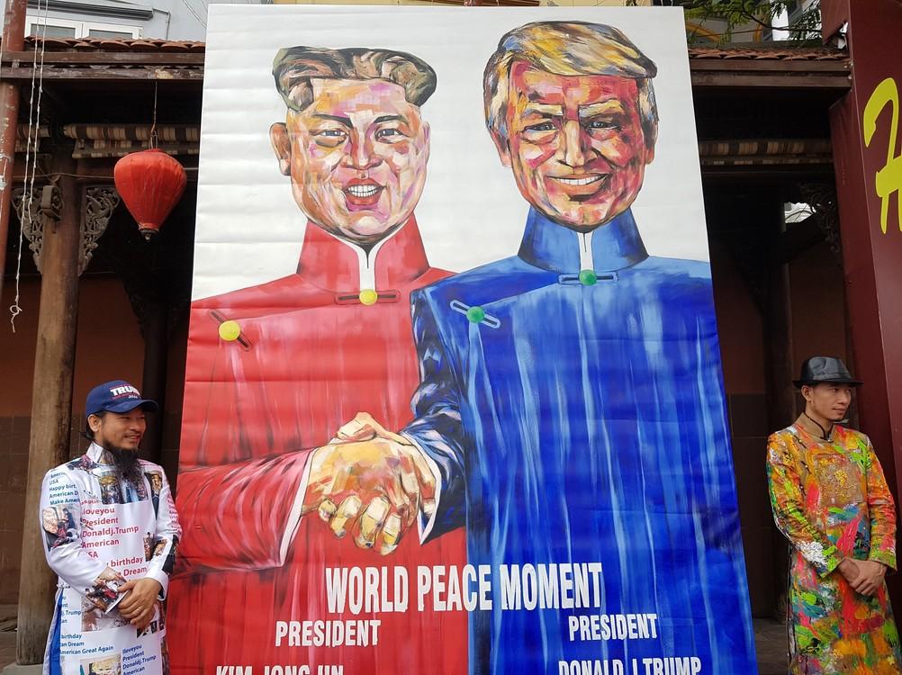 يتم عرض لوحة كبيرة مع الزعيم الكوري الشمالي كيم جونغ أون ورئيس الولايات المتحدة، دونالد ترامب أمام فندق حيث يتم قمة بين الولايات المتحدة وكوريا الشمالية.  (DPA)