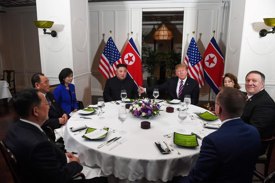 وتناول دونالد ترامب وكيم جونغ أون معا برفقة مستشاريهما.  (شاول لوب / أ ف ب)