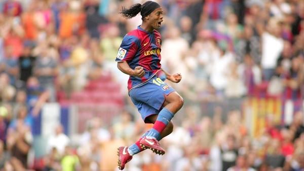 جعل رونالدينيو بصمته في برشلونة لكرة القدم، من بين أندية كبيرة أخرى من العالم (شوترستوك)