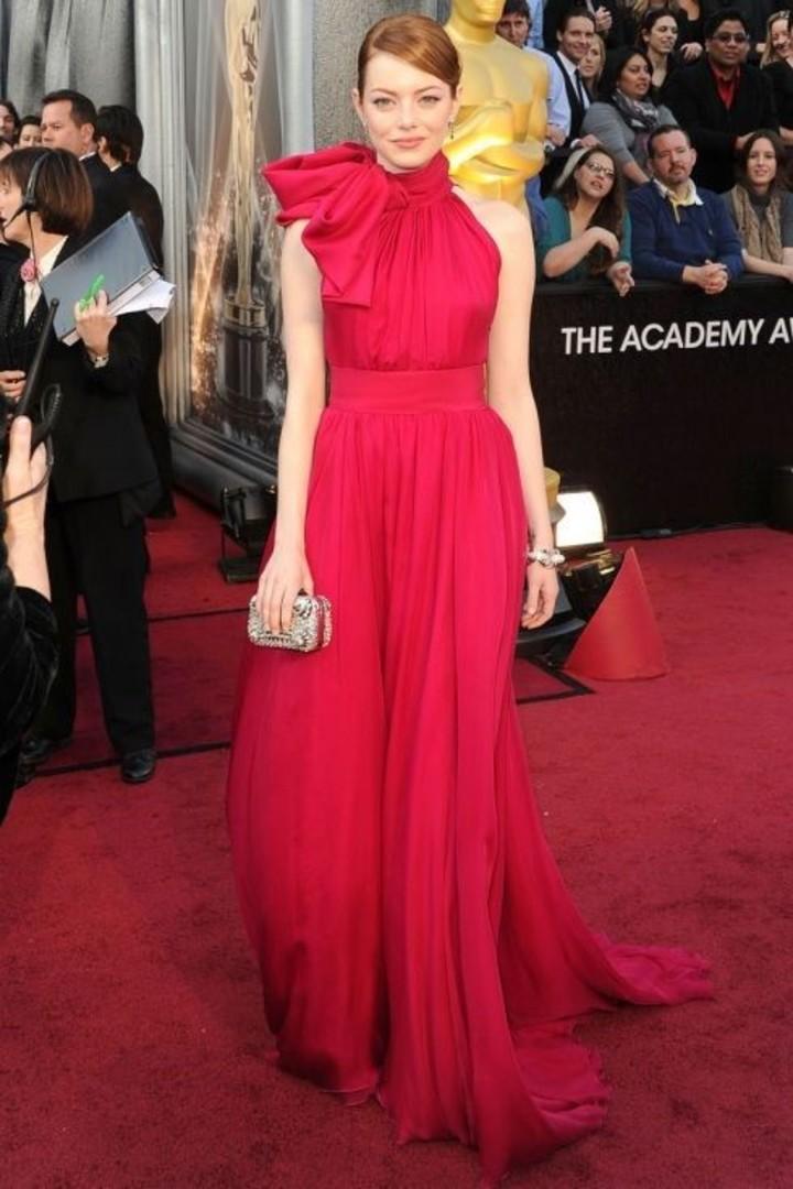 خط الرقبة الرسن وقوس كبير ، والتفاصيل المعلقة لثياب إيما ستون في تسليم عام 2012.