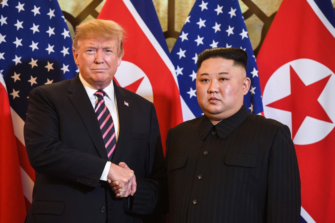 التقى الزعيمان لمدة 20 دقيقة قبل المشاركة في عشاء مع الأقرب مستشاريهما.  (شاول لوب / أ ف ب)