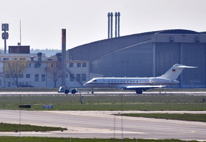تم سحب طائرة جلوبال 5000 التابعة للحكومة الألمانية على طريق التاكسي من مطار شونيفيلد في برلين