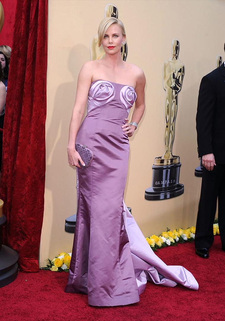 """تشارليز ثيرون ارتدى ديور في عام 2010. وسرق الثوب كل الاهتمام لتلك الورود أرجواني التي محاكاة الممثلة """"الرصاص"""