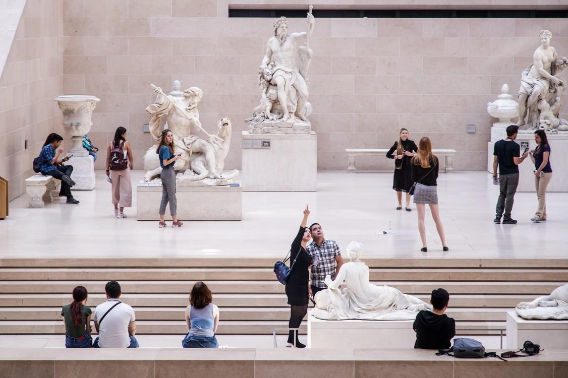 السياح Youryour منحوتات مجموعة Cour Marly متحف اللوفر.  تم تفويض معظم الأعمال من قبل ملك فرنسا لويس الرابع عشر (1638-1715) في نهاية عهده.  / EFE / كريستوف بيتي تيسون