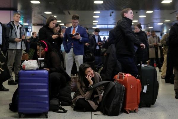 ينتظر الناس محطة القطار في ولاية بنسلفانيا بعد إلغاء القطارات.  (رويترز / أندرو كيلي)