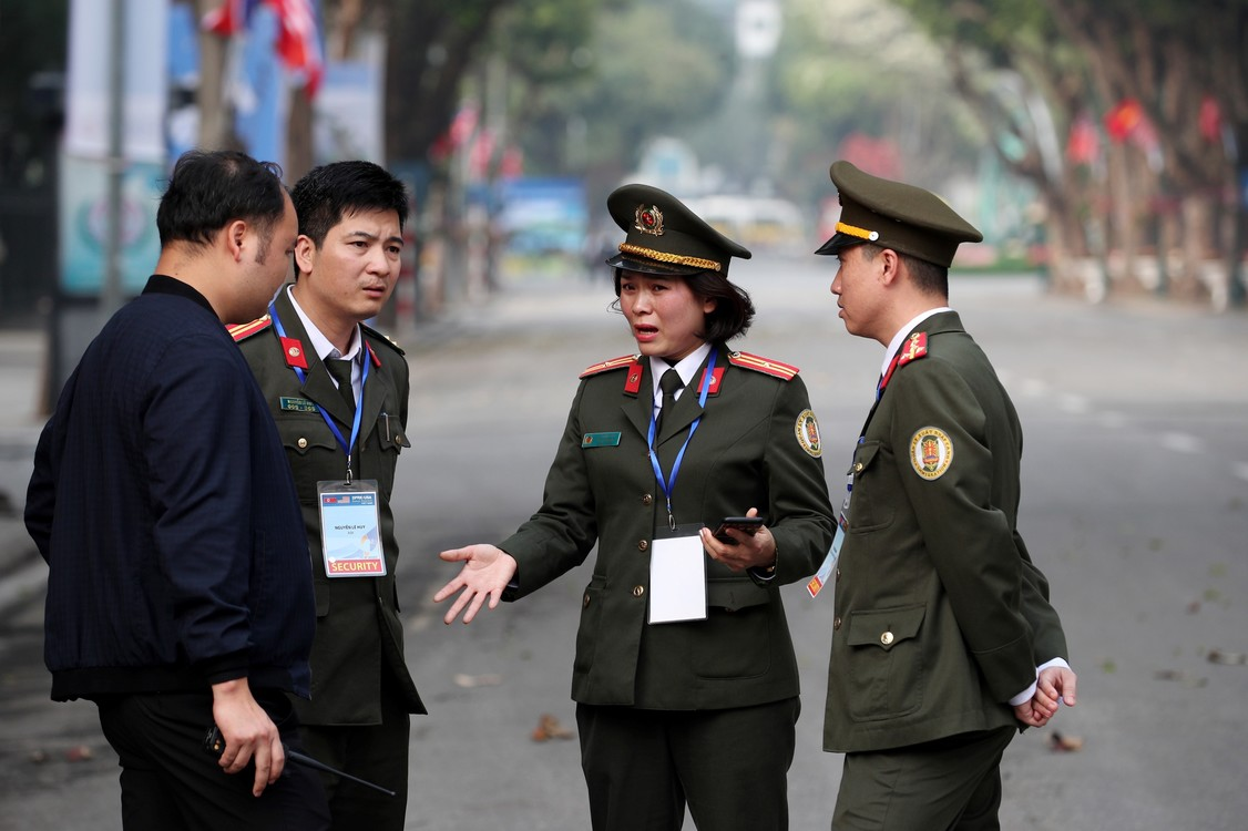 ضباط الشرطة أمام فندق سوفيتيل ليجند متروبول في هانوي بفيتنام حيث ستعقد القمة الثانية بين الزعيم الكوري الشمالي كيم جونغ أون ورئيس الولايات المتحدة دونالد ترامب.  (SeongJoon Cho / Bloomberg)