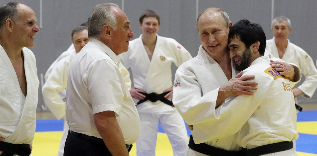 بيسلان مودرانوف، بطل الجيدو الأولمبي لعام 2016، هو الذي أصاب إصبع الرئيس الروسي فلاديمير بوتين.  AP / MICHAEL KLIMENTYEV / SPUTNIK / KREML