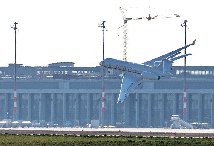 تواجه طائرة جلوبال 5000 التابعة للحكومة الألمانية مشاكل الهبوط في مطار شونيفيلد في برلين