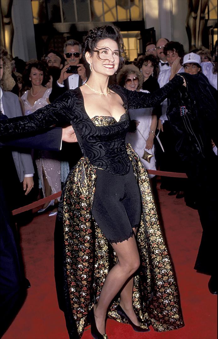 كان عام 1989 عندما جاء ديمي مور بفكرة أنه قد يكون فكرة جيدة لخلق ثوبها الخاص.  والنتيجة هي في الأفق.