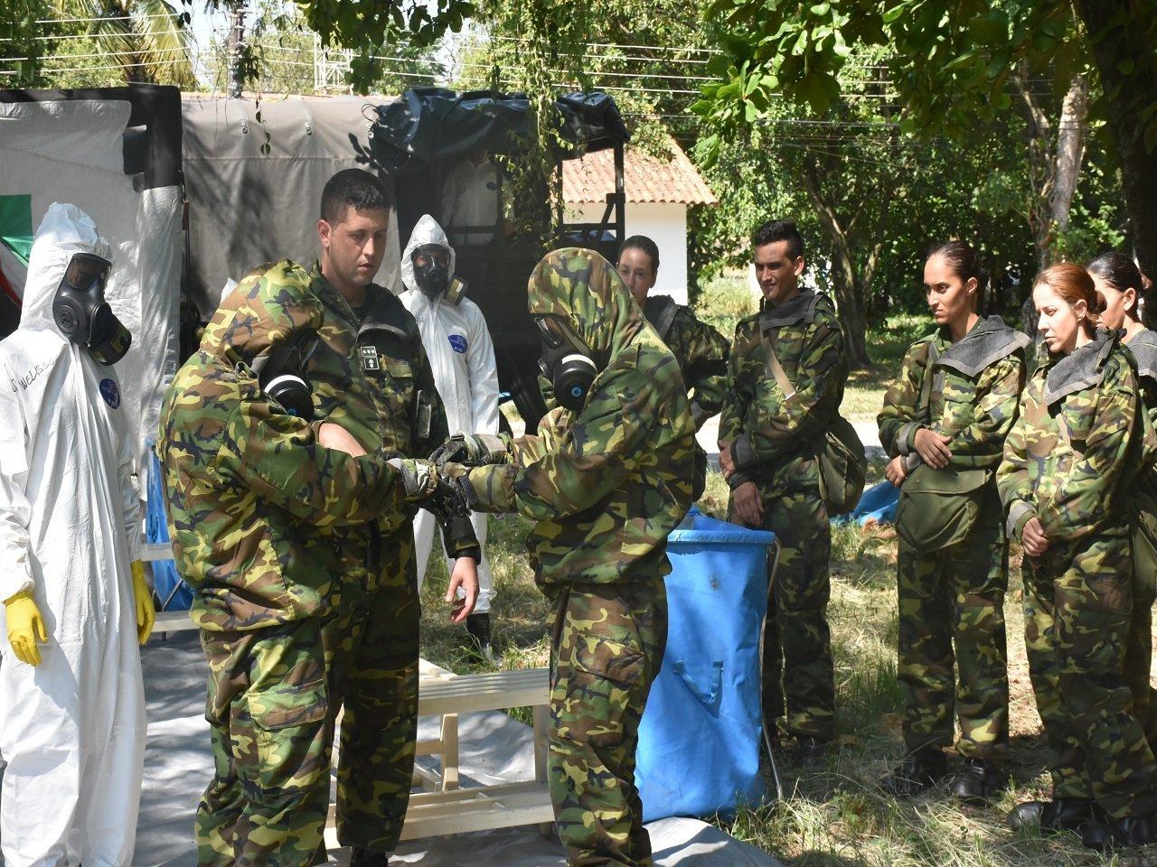 يخضع جنود الجيش البرازيلي لعملية تدريب للتصرف في حالات الهجمات الكيميائية