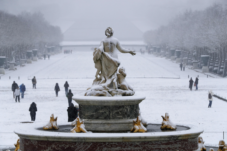 يغطي الثلوج نافورة لاتونا في قصر فرساي (أف / فرانسوا غيلوت)