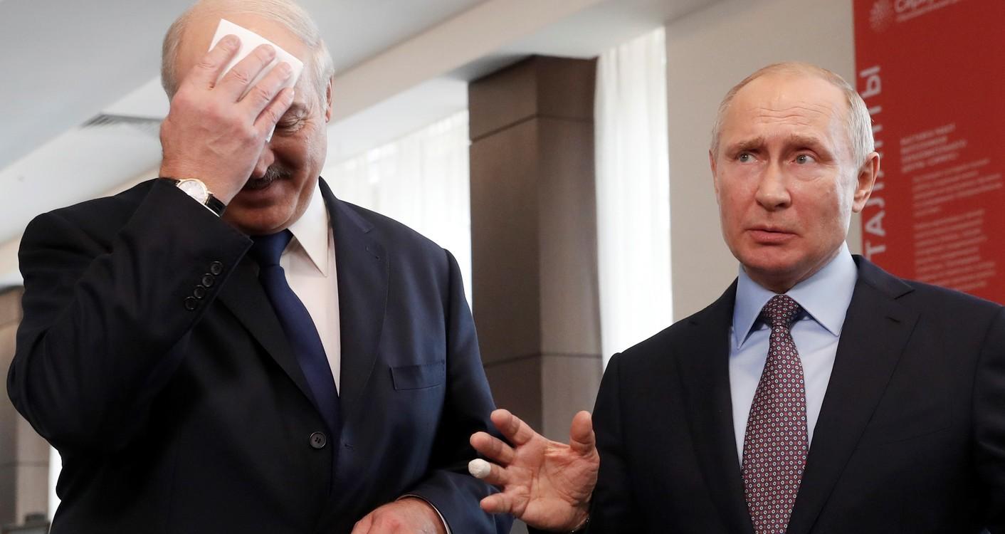 اصبع عصابة من الرئيس الروسي فلاديمير بوتين خلال الاجتماع مع الرئيس البيلاروسي الكسندر لوكاشينكو.  AP / سيرجي تشيريكوف /