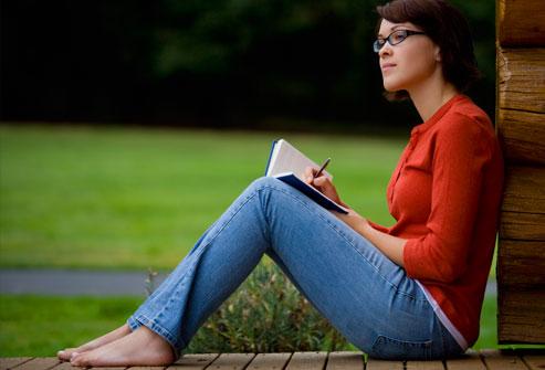 امرأة شابة تكتب في مجلة