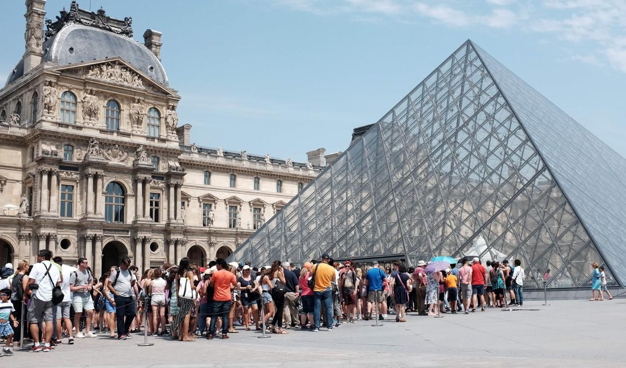سنة بعد سنة، يقف السائحون في طابور خارج هرم متحف اللوفر التقارئ الباريسي.  / ميغيل ميدينا / أ ف ب