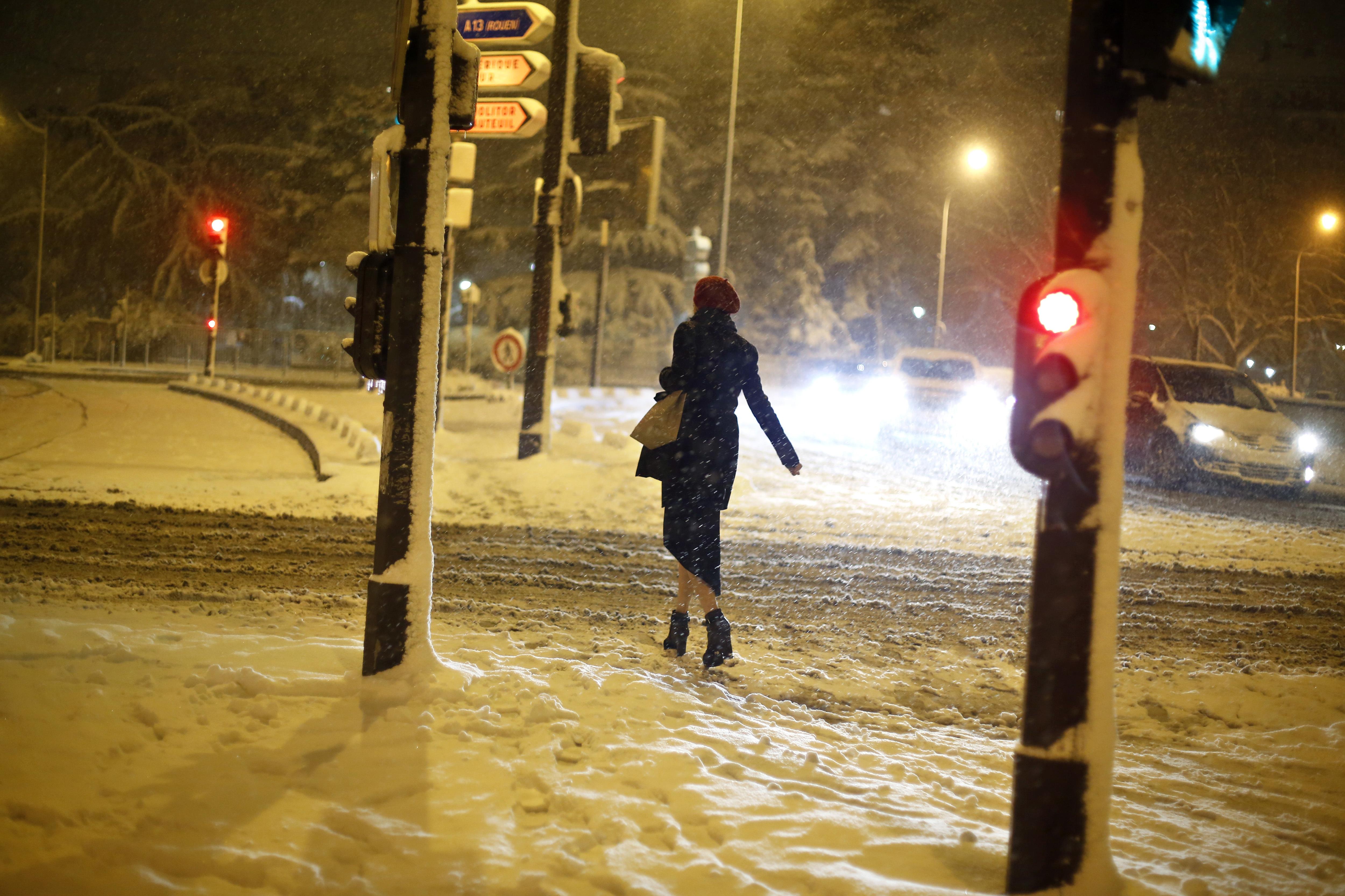 المرأة، المشاوير، إلى داخل، ال التعريف، تساقط الثلج، إلى داخل، باريس، (أب / ثيبولت، كاموس)