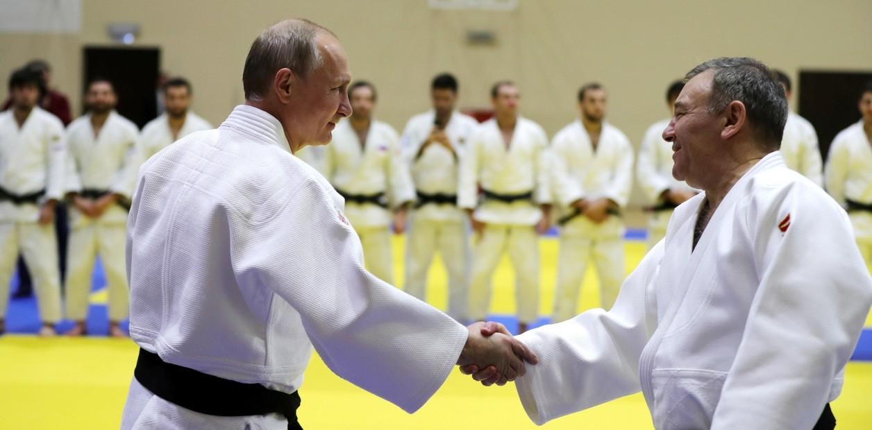 فرسان على حصيرة التدريب.  AP / MICHAEL KLIMENTYEV / SPUTNIK / KREML