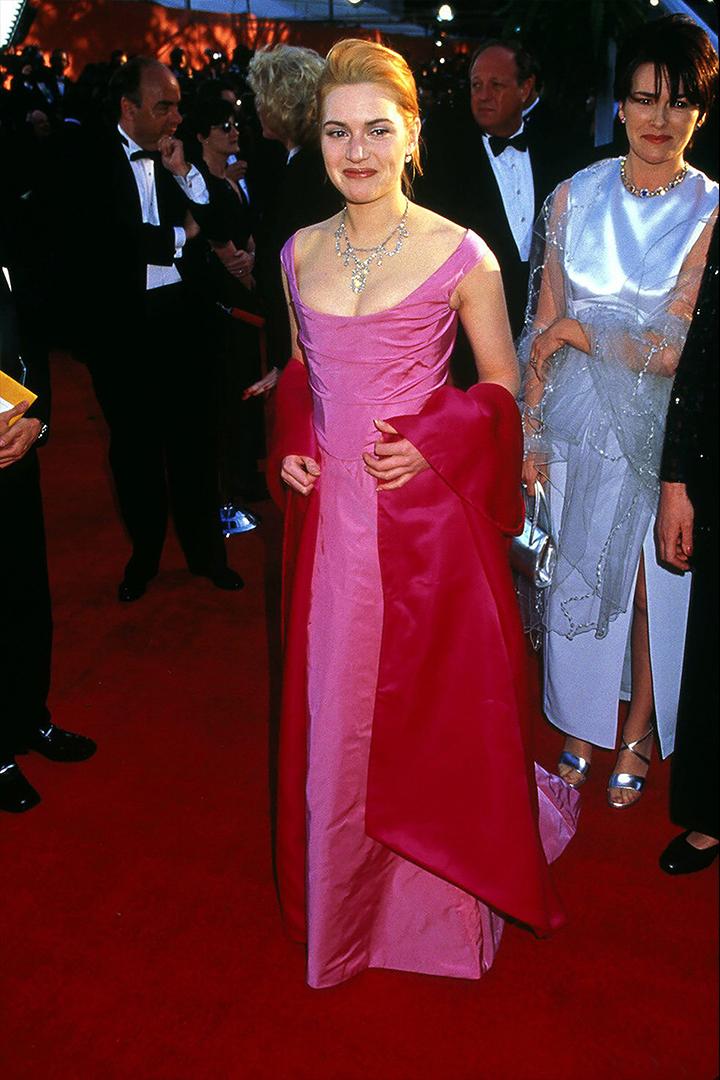 في عام 1996 كان كيت وينسلت الصاعد على السجادة الحمراء للأوسكار وأظهرت ذلك عن طريق اختيار ثوب وردي وأحمر