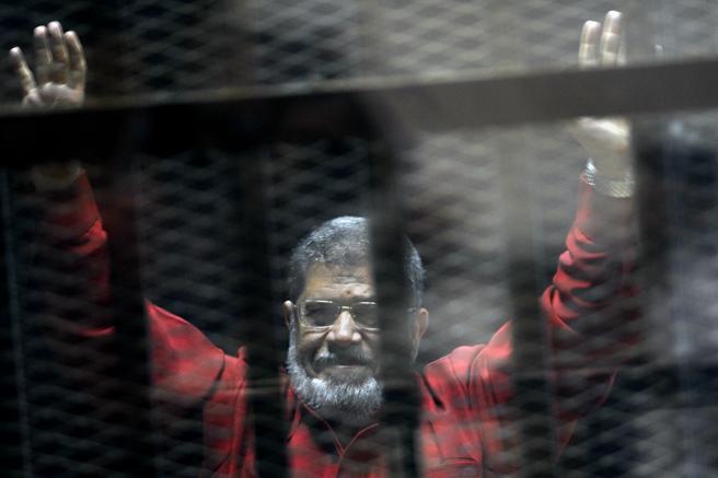 الرئيس السابق محمد مرسي ، مع بذلة برتقالية تشير إلى عقوبة الإعدام ، في صورة بتاريخ 21 يونيو 2015