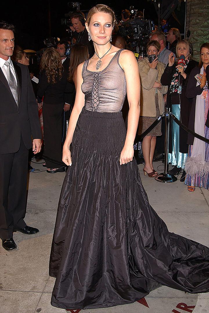 """وقالت الممثلة غوينيث بالترو، التي تحدثت عن اختيارها لألكسندر ماكوين لطبعة 2002: """"كان يجب أن ترتدي حمالة صدر""""."""