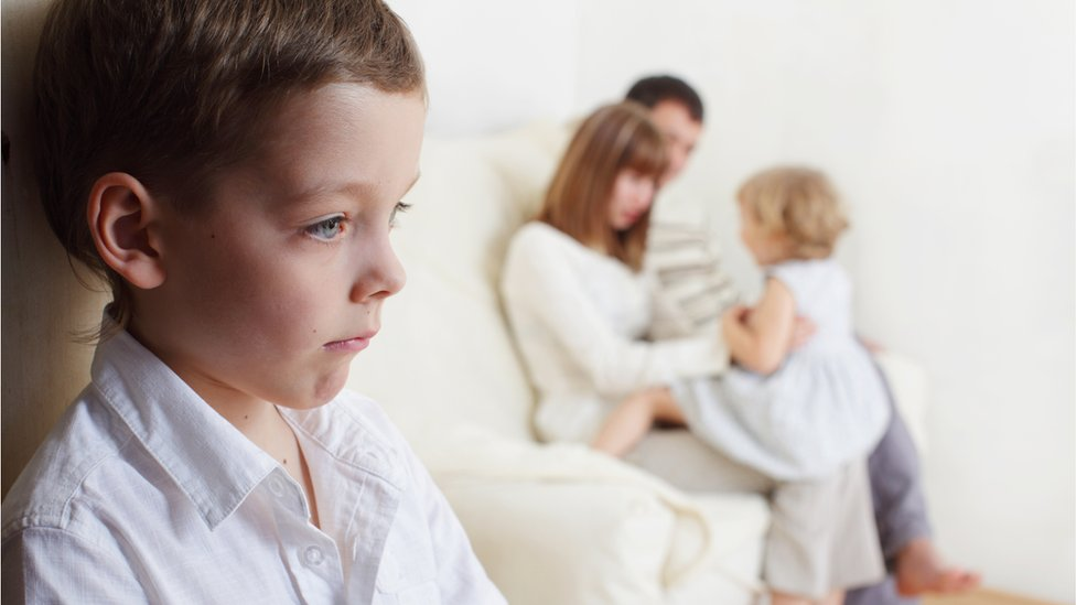 صبي يشعر بالغيرة من أخته.