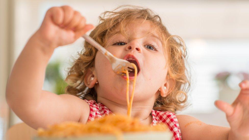 فتاة صغيرة أكل المعكرونة