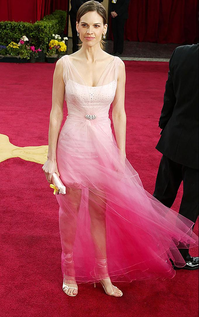 لم يرتدي فستان كريستيان ديور المصبوغ الوردي الذي ترتديه الممثلة هيلاري سوانك في عام 2003 أي شخص على السجادة الحمراء