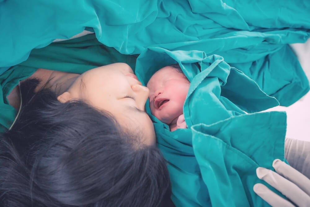 يتعافى من عملية قيصرية بعد الولادة