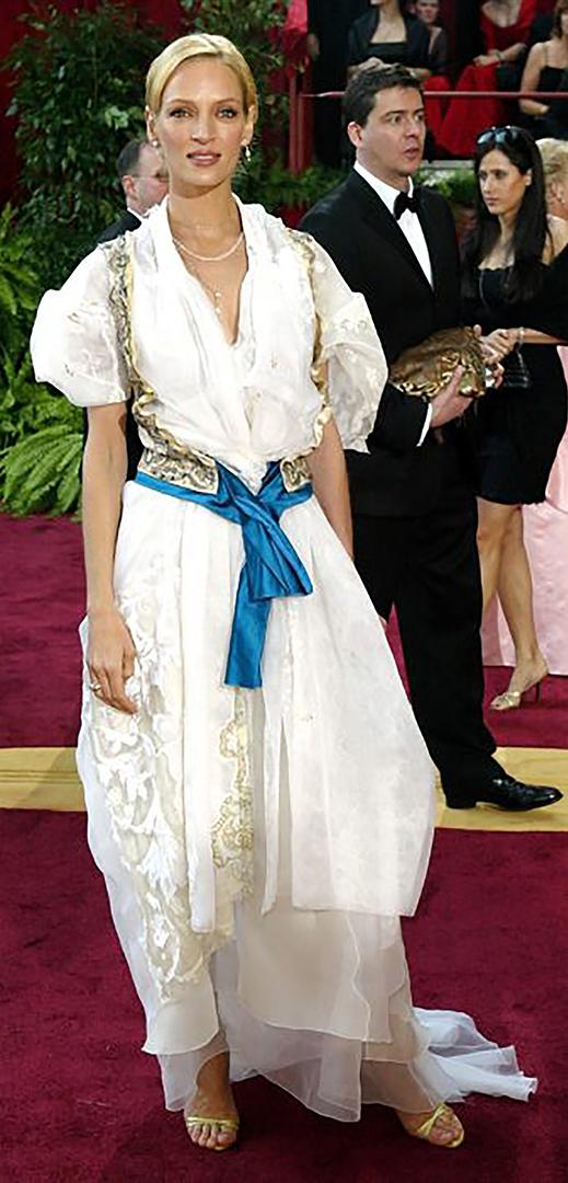 """تم اختيار أوما ثورمان أسوأ فستان من جوائز أوسكا 2004 لهذا اللباس الأبيض مع تفاصيل ذهبية وشاح أزرق كريستيان لاكروا.  النتيجة لم تقنع أي شخص.  وفي وقت لاحق، اعترف بأن الزي كان """"معقدا لارتداء"""""""