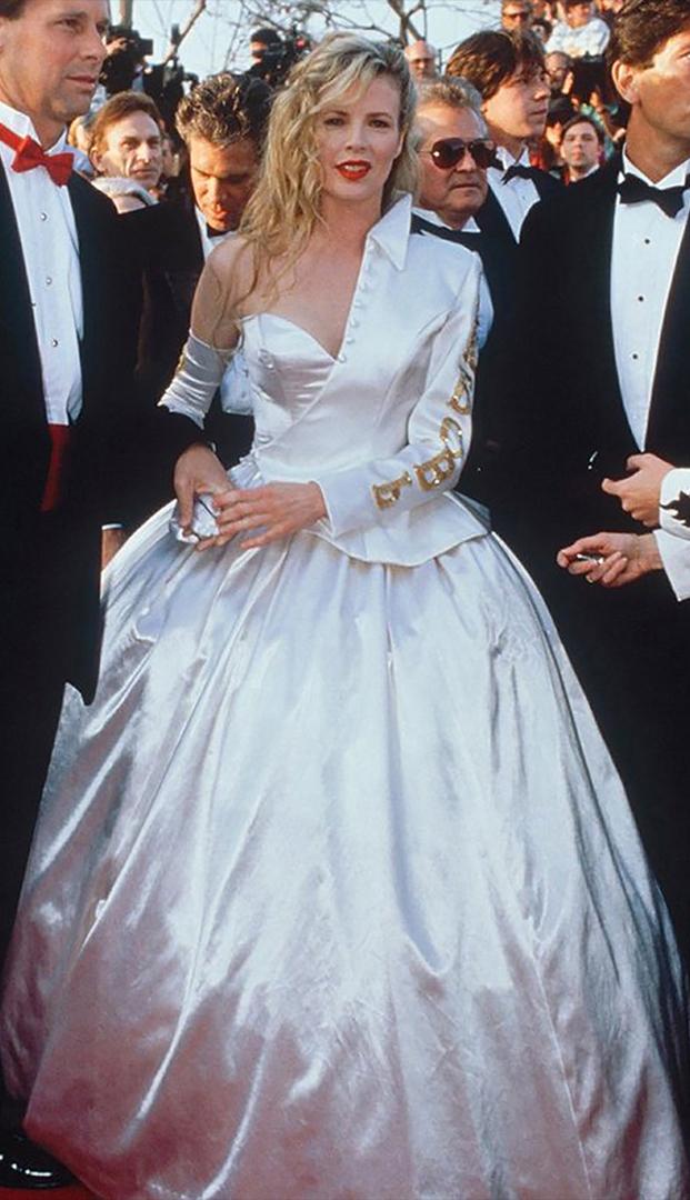 كيم باسنجر، 1990. كانت الممثلة ترتدي عروسا في الحفل ولكن لإضفاء لمسة على المظهر الذي رافقته مع نصف سترة